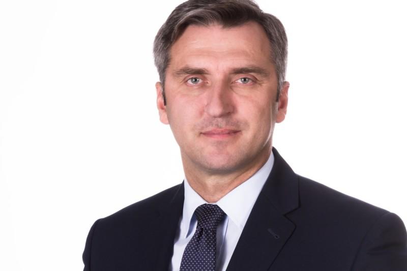 portret mężczyzny w garniturze i krawacie