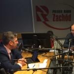 dwóch mężczyzn rozmawia w studiu radiowym