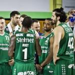 Drużyna koszykówki w zielonych strojach sportowych