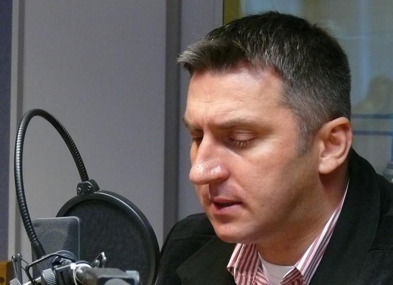 mężczyzna w studiu radiowym